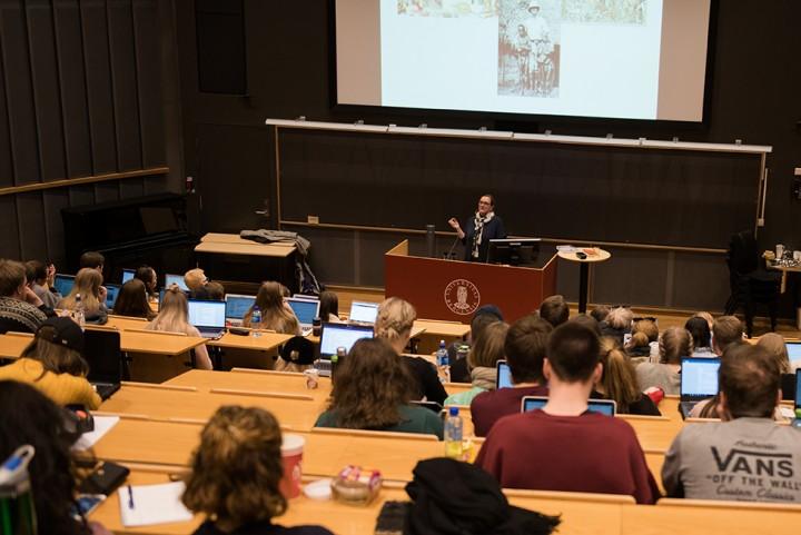 Universitetet må ta i bruk filmede forelesninger