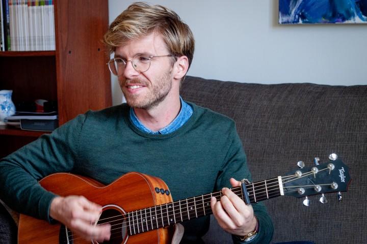 Jørgen (29) lager musikk til 11 pårørende