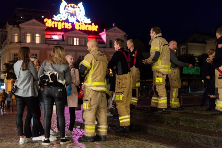 Bergen brannvesen delte ut nattmat i fadderuken
