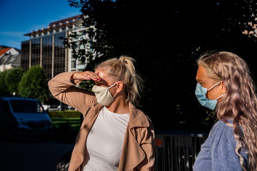 POSITIVE TIL MUNNBIND: HVL-studentene Tiril Iøbersli Pupe (til venstre) og Eline Eide (til høyre) er positive til et munnbind-påbud på campus. Foto: Jeffrey Meijer