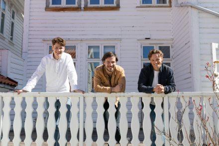 Tre glade amatører i hjemmestudio
